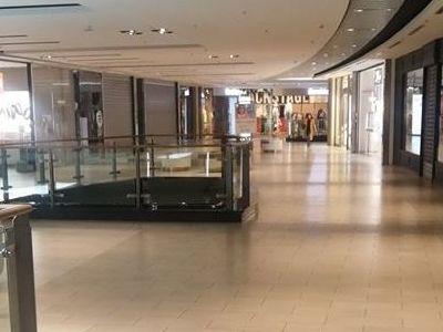 I negozi rispettano la normativa, nel deserto
